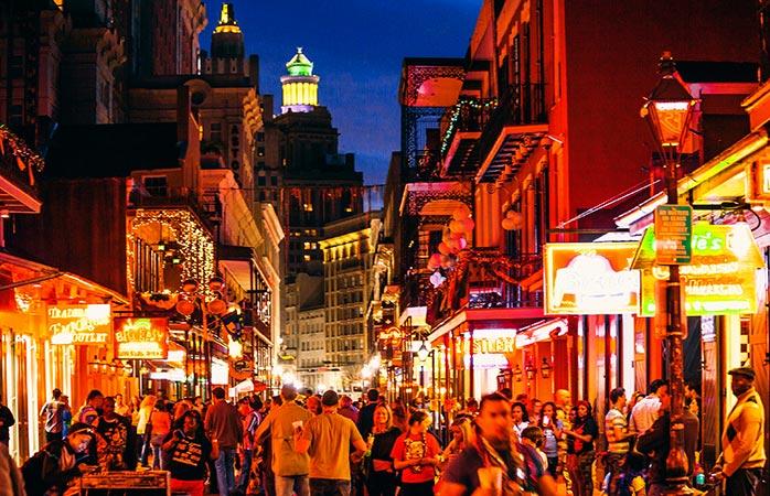 Volgepakte straten (en hotels) bij Mardi Gras in New Orleans