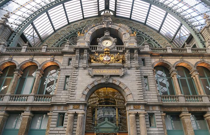 Antwerpen Centraal is een bezienswaardigheid op zich. Kom je met de trein aan op dit station, wandel dan gelijk even door het prachtige historische gebouw.