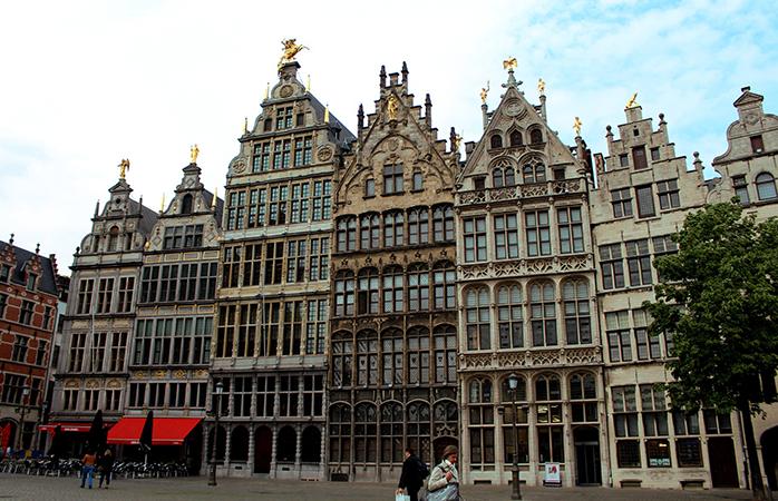 In Antwerpen zijn overal eeuwenoude pleinen, smalle straatjes en huizen met eeuwenoude gevels te vinden.