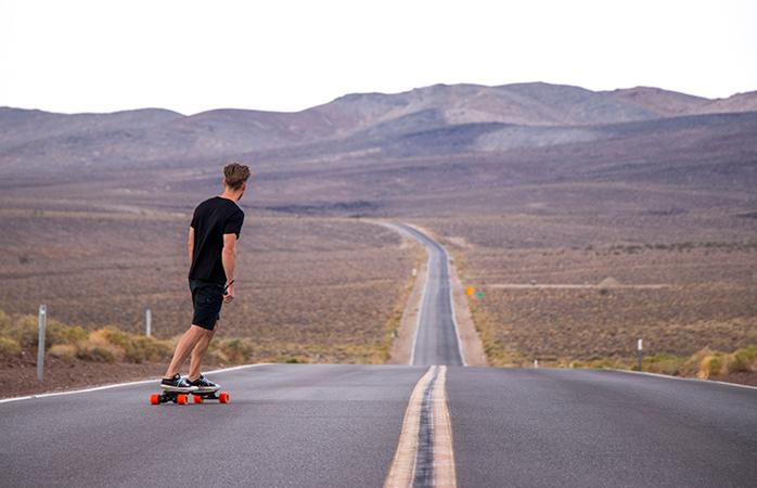 Jelmer aan het skateboarden in Death Valley, Verenigde Staten